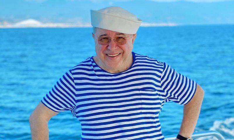 Как выглядит 74-летний Петросян в одних плавках и спасательном жилете